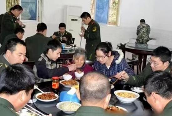 △分宜消防邀请张佳港姐弟和外婆一起来队里聚餐图片由受访者提供