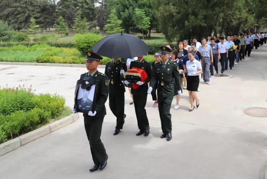陈红军烈士安葬仪式现场。