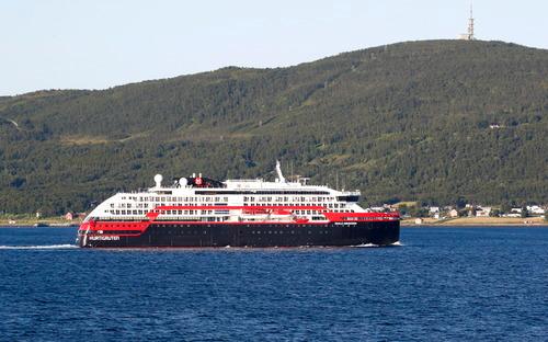 """8月2日,挪威游轮""""罗阿尔·阿蒙森""""号离开北部港口特罗姆瑟,驶向布雷维卡港。新华社/欧新社"""