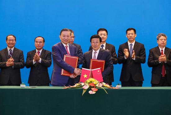 10月10日,中越两国公安部第六次协作打击立功会议在北京举行。国务委员、公安部部长赵克志与越共中央政治局委员、越南公安部部长苏林共同列席会议。会议后,双方签署了中越两国公安部第六次协作打击立功会议纪要。
