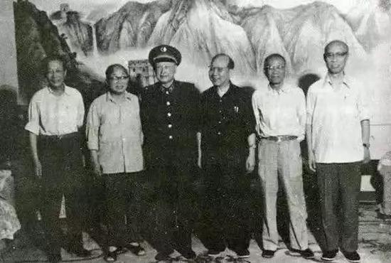 △1986年6月,钱学森与任新民、屠守锷、黄纬禄、梁守槃、庄逢甘相符影。