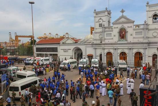 斯里兰卡人员守在遭遇袭击的教堂外