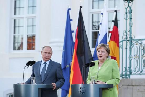 2018年8月18日,在德国首都柏林以北小镇梅泽贝格,德国总理默克尔(右)与来访的俄罗斯总统普京共同出席新闻发布会。新华社记者单宇琦摄