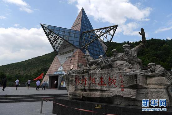 人们在广西灌阳县的新圩阻击战陈列馆参观(6月28日摄)。 新华社记者 陆波岸 摄
