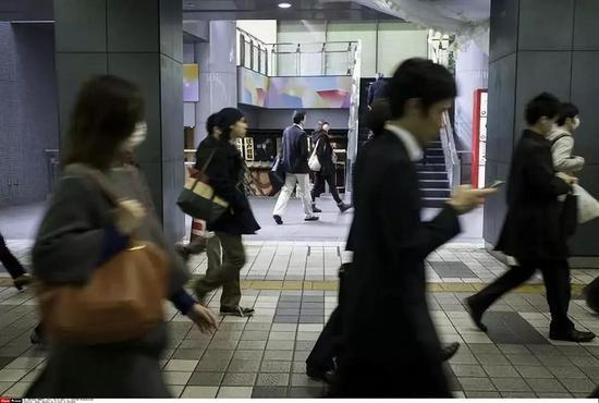 资料图片:日本东京新宿上班族(新华社/西霸)