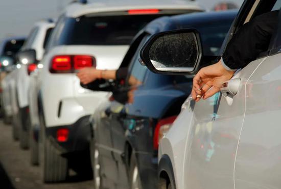 堵在路上,考验着每位司机的耐性。