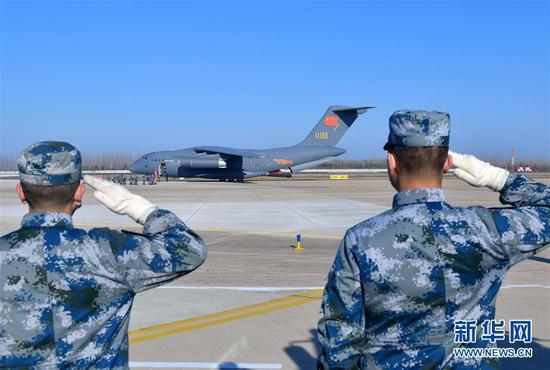 一架国产运-20大型运输机降落在武汉天河机场(2月17日摄)。 新华社记者 李贺 摄