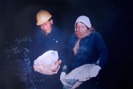 上世纪90年代申纪兰在筑路工地劳动