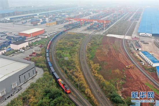中欧班列(成渝)号首列班车从重庆团结村站发出(2021年1月1日摄,无人机照片)。 新华社记者 唐奕 摄