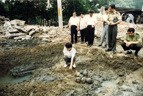 1998年8月18-19日,北京东路南空司令部北大门陆续发现的遗骨,初步认定为细菌战受害者遗骸。