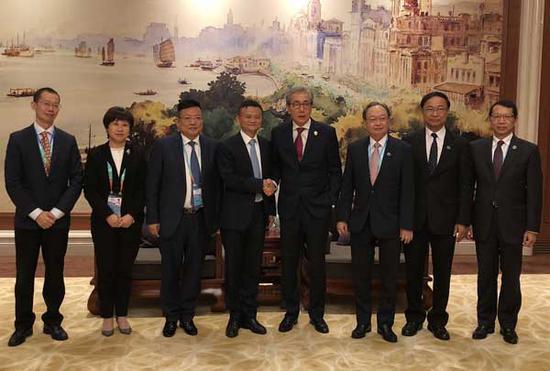 (泰国副总理颂奇一行同马云在上海座谈。)