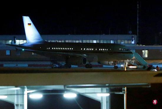 德国总理默克尔乘坐的当局专机停靠在科隆-波恩机场。(路透社)