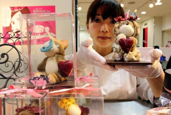 日本情人节出售的巧克力 (图源:CNN)