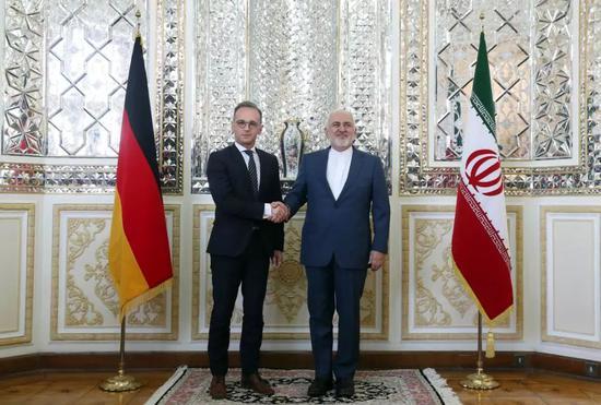 ▲6月10日,在伊朗首都德黑兰,到访的德国外长马斯(左)与伊朗外长扎里夫在会谈前握手。(新华社/美联)