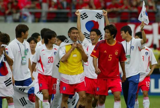 2002年,韩日世界杯上韩国队勇夺殿军。