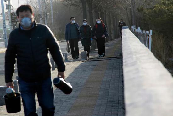 几位路人步碾儿进入北京界,走路比开车更快。