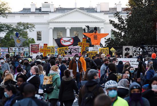 当地时间2020年11月3日晚,美国华盛顿,民多手持标语在白宫附近示威。 人民视觉 图