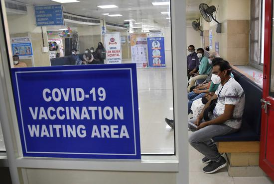 印度民众等待接种新冠疫苗。