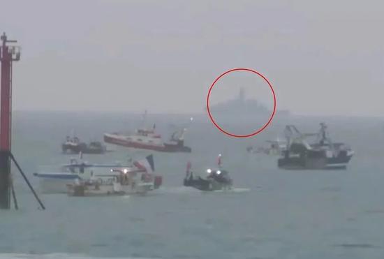 英国皇家海军军舰塔玛号在一众法国渔船后出现。来源:卫报