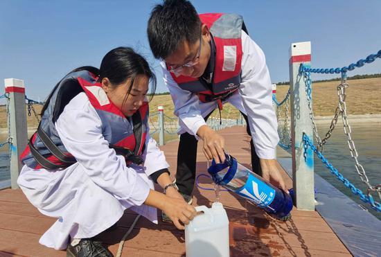 ↑工作人员在南水北调中线陶岔渠首监测水质(2020年11月12日摄)。