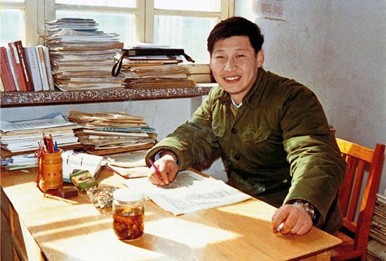 1983年,在河北正定辦公室里的習近平。