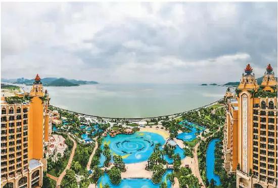 位于横琴国际休闲旅游岛的珠海长隆海琴湾酒店海景客房和泳池。  新华社记者 刘大伟摄