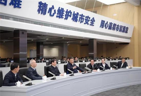 △2018年11月6日下午,习近平在上海浦东新区城市运行综合管理中心了解上海城市精细化管理和国际贸易单一窗口运营情况。