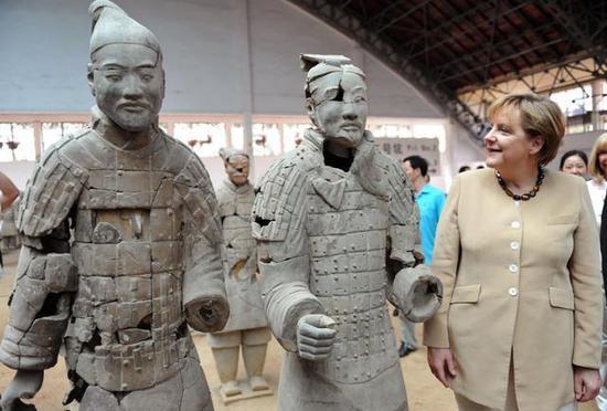 2010年7月17日,默克尔参观兵马俑,庆祝自己的56岁生日。