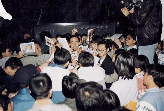 1997年,清华大学的同学们和庞中华在一起