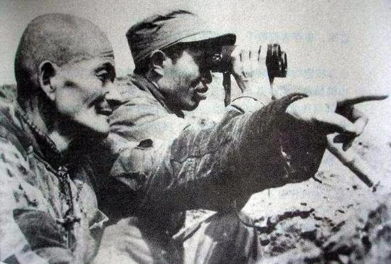1949年渡江战役前夕,皮定均亲临江边察看地形。