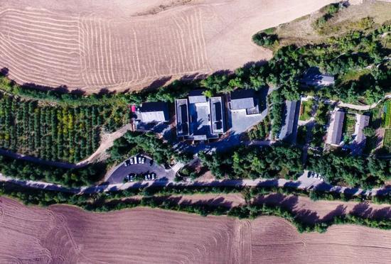 空中俯瞰坐落于新疆木垒哈萨克自治县菜籽沟村的木垒书院 赵戈 摄