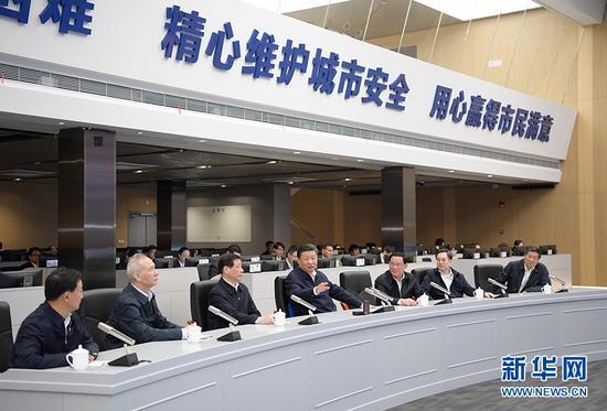 6日下午,习近平在浦东新区城市运转综合管理中心理解上海城市精密化管理和国际贸易单一窗口运营状况。新华社记者 李学仁 摄