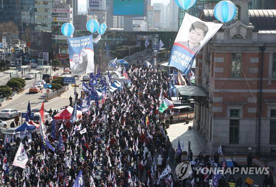 12月8日,朴槿惠声援者在首尔举走示威集会。(韩联社)