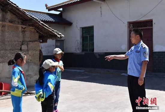 刘青松家访。 安源 摄