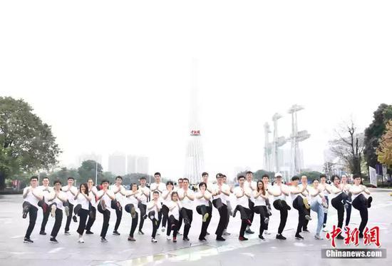 袁师傅和弟子在广州塔合影。受访者供图