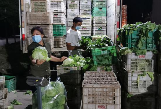 昨晚11时许,史国清与同事正在为刚调运来的蔬菜卸车