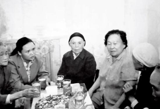 1983年9月中旬,王定国到甘肃兰州看望红西路军战友。从左至右:李文英、安明秀之女马玉凤、向秀英、王定国、安明秀、张秀英。图/受访者提供