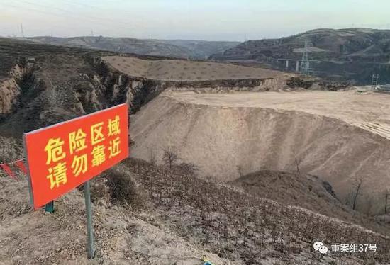 ▲11月27日,致6人物化亡的煤矸石倾倒场停歇行使,周边拉上了警戒线。 新京报记者 李明 摄
