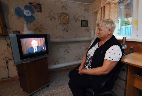 △8月29日,俄罗斯民多不雅旁观普京就养老金改革发外的电视说话。