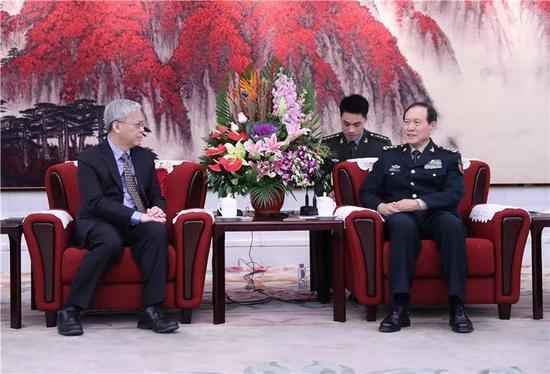 1月8日上午,国务委员兼国防部长魏凤和在八一大楼会见来华参加中新国防部第七次防务政策对话的新加坡国防部常务秘书陈英杰。李晓伟摄