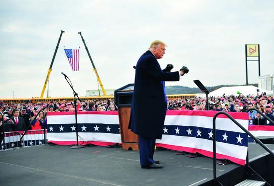 10月31日,特朗普在美国宾夕法尼亚州雷丁市参添竞选运动。图/人民视觉