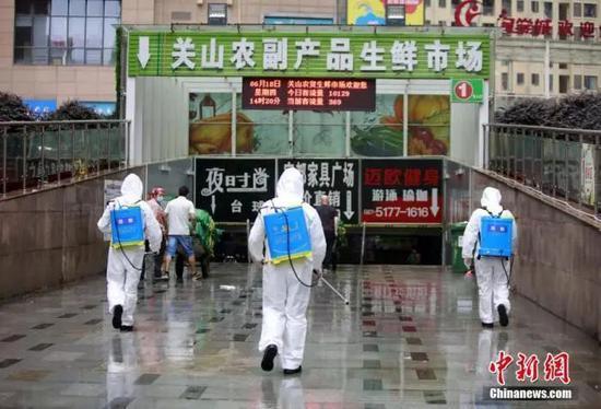 原料图:消防员进入湖北省武汉市关山农副产品生鲜市场内开展消杀作业。王方 摄