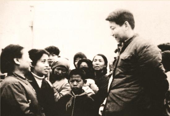 1983年,时任******************正定县委书记的习近平同赵村群众交谈。