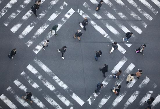 ▲资料图片:3月6日,在日本东京银座,行人戴口罩出行。新华社记者 杜潇逸 摄
