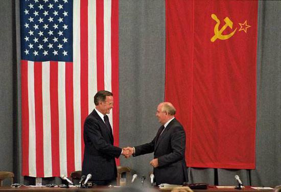 1991年7月,乔治·H·W·布什与米哈伊尔·戈尔巴乔夫在莫斯科。(图:路透)