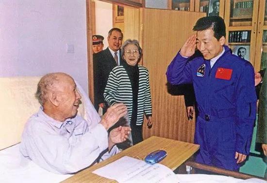 △随着神舟五号、神舟六号的发射成功,航天员大队形成了一个不走文的规定:每次载人航天义务完善完善后,实走义务的航天员都会去看看钱学森。尽管此时的钱学森已远隔公多的视线,但行家照样把吾国航天的最新收获与他严密地有关在一首。图为2004年元宵节,飞天归来的杨利伟拜看钱学森。