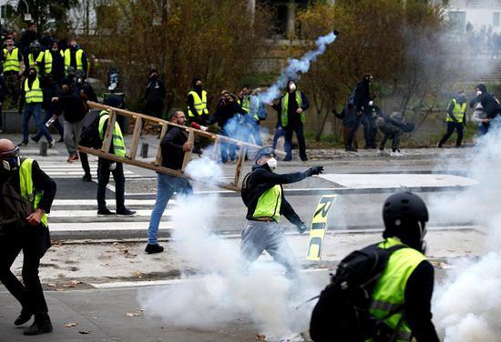 抗议者荟萃在布雷冈松堡周围,试图攻击城堡。(今日俄罗斯网)