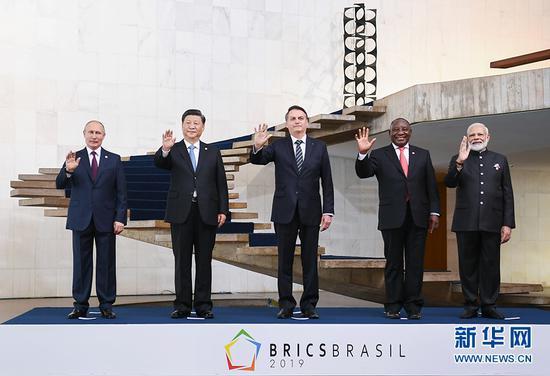 当地时间11月14日,金砖国家领导人第十一次会晤在巴西首都巴西利亚举行。巴西总统博索纳罗主持会晤。中国国家主席习近平、俄罗斯总统普京、印度总理莫迪、南非总统拉马福萨出席。这是五国领导人合影。 新华社记者 谢环驰 摄