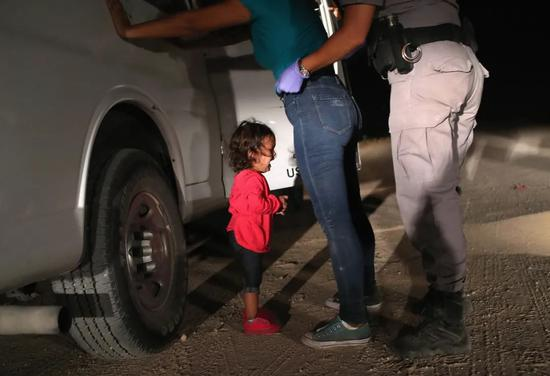 Two-year-old girl from Honduras, Yaela Sanchez, saw her mother searched for her mother. Rder officials on June 12, 2018, in the United States of Texas, McCarran. The work won the 2019 World Press Photo Competition for the Year Photo Award. Photo by John Moore / Visual China