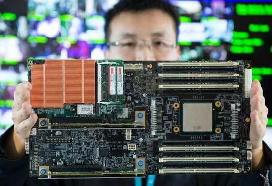 ▲资料图片:去年12月举行的北京智能计算产业研究院举行的发布会上,工作人员在现场展示高通量人工智能一体机的核心部件。(新华社)
